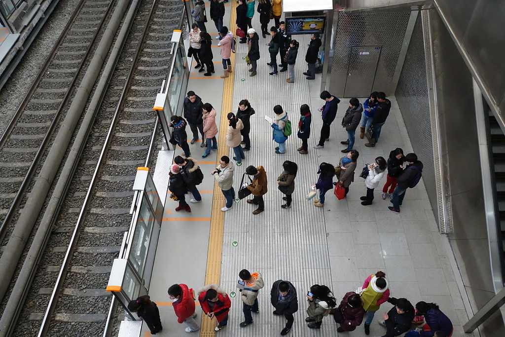 People_waiting_a_train_of_Line write instead
